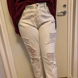 Vita slitna jeans från hm. Jag själv älskar dom men dom har tyvärr blivit för små. Ett av mina skärp har färgat av sig så dom är lite svarta som du kan se på andra bilden. Frakt tillkommer