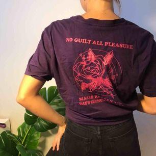 Fin lila t-shirt med tryck! Sparsamt använd ☺️ frakt tillkommer 💫
