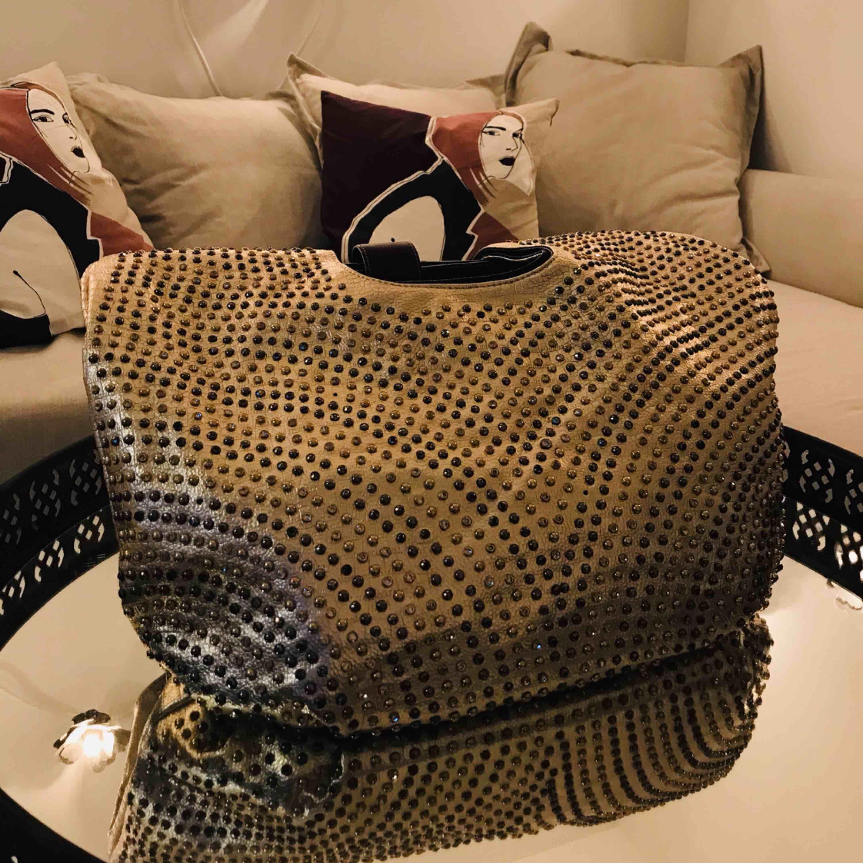 En guld fin väska . Kan användas som resväska med.  Aldrig använd . Finns ej kvitto eller prislapp . Köpt från Italia .  . Väskor.