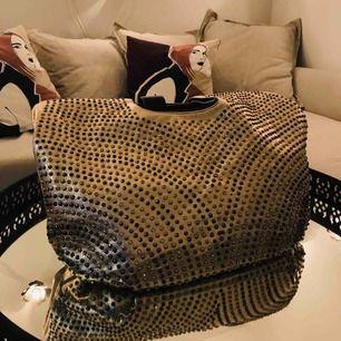 En guld fin väska . Kan användas som resväska med.  Aldrig använd . Finns ej kvitto eller prislapp . Köpt från Italia .