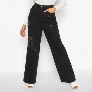 svarta jeans med slitningar och vida ben! dom är tyvärr för korta på mig så de är endast testade (är 170). finns i Falun men kan fraktas mot kostnad 😊