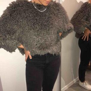 Säljer min superfina fluffiga tröja, passar perfekt nu till vinter! 🧚🏼♂️ frakt tillkommer 🤩💫