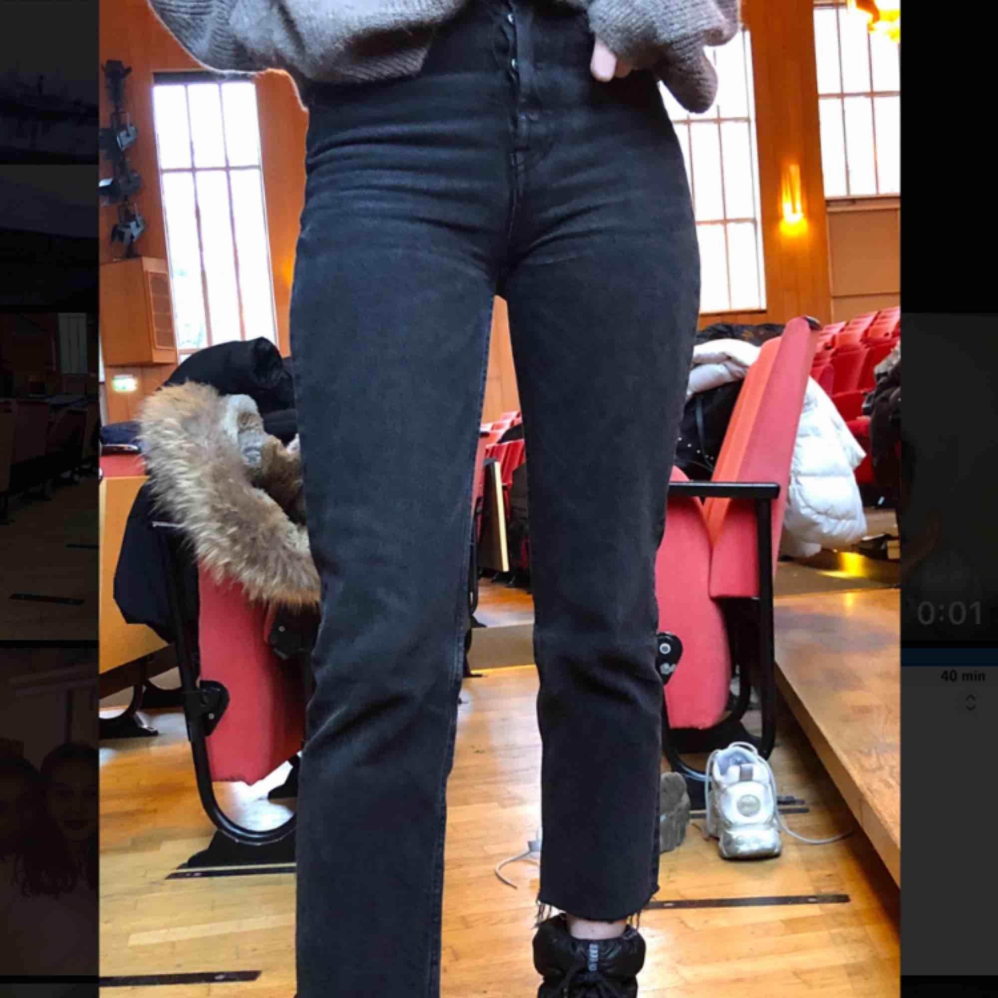 Skitsnygga jeans från zara⚡️⚡️ dom är i ankellängd på mig och är ungefär 164, sparsamt använda o köpte dom i höstas så dom är i väldigt gott skick. Kan mötas upp annars står köparen för frakten 💞. Jeans & Byxor.