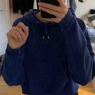 Blå hoodie som jag köpte här på plick men gillade den inte riktig så säljer den nu igen, den är croppad och i lite tunnare tyg men den är i jättebra skick