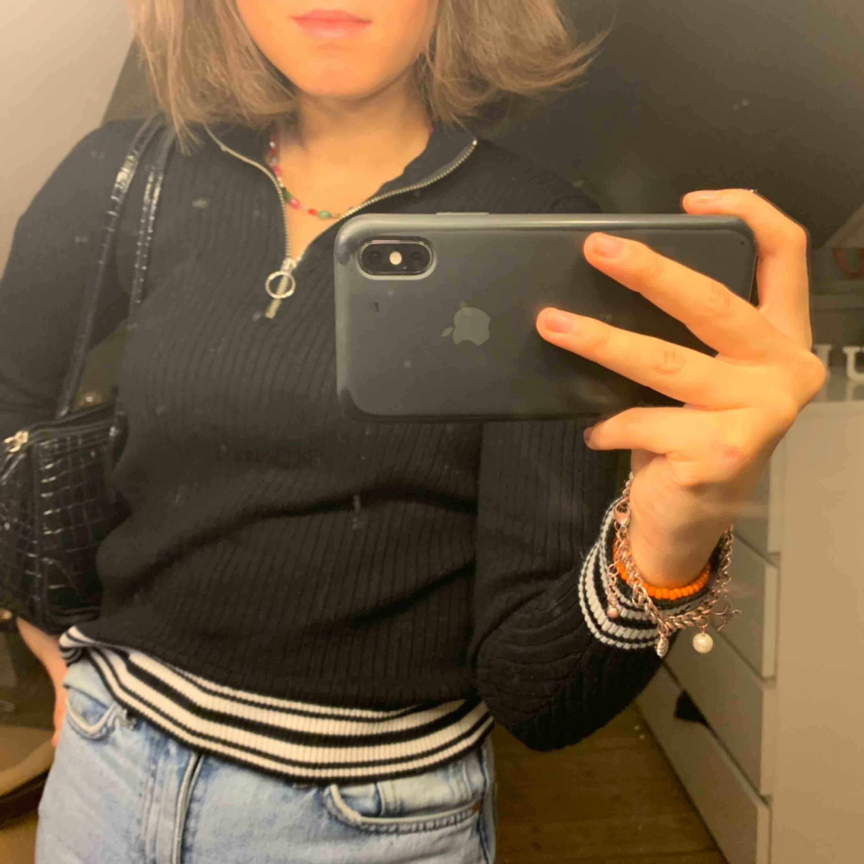 Säljer denna SVINsnygga tröja pga att jag inte har  användning för den. Snygg både till vardags och festligare tillfällen! Fraktar eller möts upp i Stockholm💕💓🥳. Tröjor & Koftor.