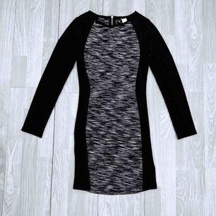 Svart/grå klänning från HM storlek 34, fint skick.  Möts upp i Stockholm eller fraktar.  Frakt kostar 54kr extra, postar med videobevis/bildbevis. Jag garanterar en snabb pålitlig affär!✨