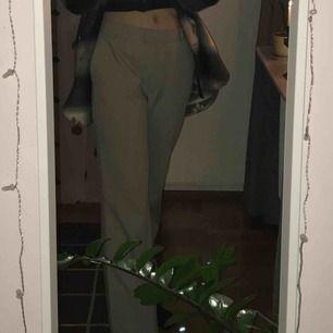 Jättefina kostymbyxor, mina gamla favoriter som inte används längre :-( kan skicka fler bilder om så önskas 💕 frakt tillkommer.