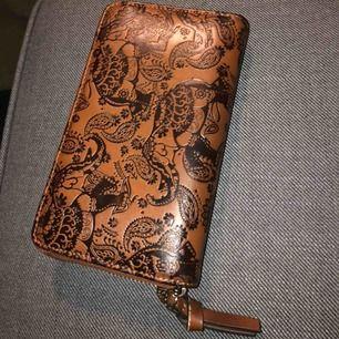 Super fin plånbok med elefanter på som knappt är använd och köpt på en liten butik i Polen🥰