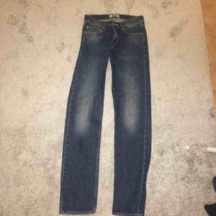 Ett par acne studios jeans i väldigt bra skick i storleken 27/34, 5 fickor och Patch på bakfickan Kan mötas upp runt gröna linjen