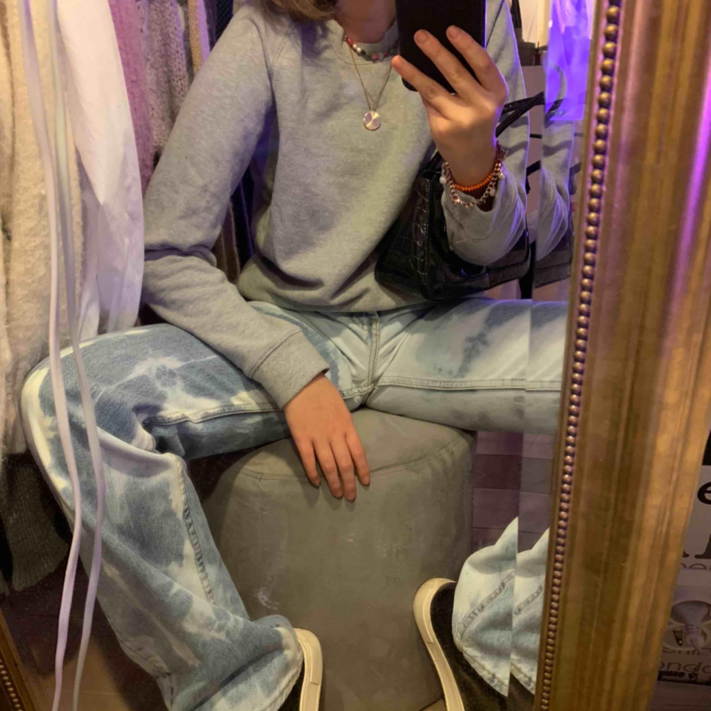 Säljer denna simpla men snygga tröja från Crocker! En grå sweatshirt är ju lite av ett måste i garderoben och denna från Crocker sitter superbra och är så skön! Fraktar eller möts upp i Stockholm💕💕💓. Tröjor & Koftor.