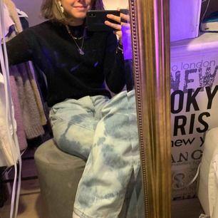 Snygg och skön stickad tröja från & other stories som sitter superbra (typ strechigt material) Passar till vad som helst! Fraktar eller möts upp i Stockholm!💞💓💕