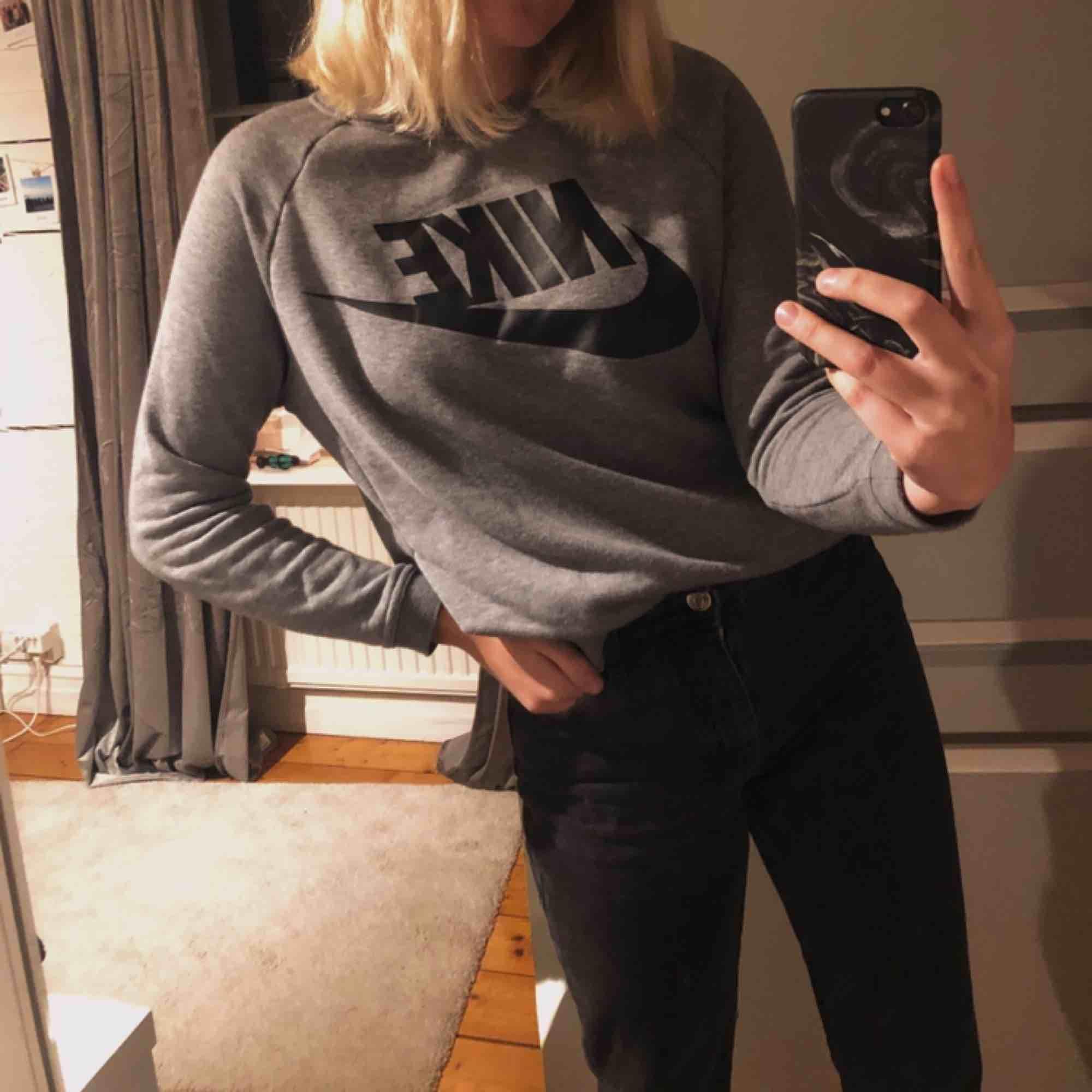 Fin och jätteskön tröja från nike. Inte används många gånger, säljer pga av att den inte används ☺️💓 köparen står för frakt. Tröjor & Koftor.