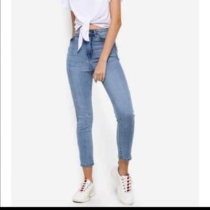 Helt nya, endast använda en gång! Storlek 24, passar mig som har EU34-36 (S) Dr. Denim, 99%bomull Fraktas mot porto✌🏽  Super skinny, super high rise💃🏽 Hämtas på Gärdet. ✌🏽  Almost new jeans from Swedish brand Dr Denim, used once! Size 24 fits me EU34-36 Pick up in Gärdet or can ship, bit you, the buyer, pays shipping
