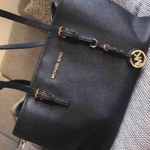 Hej! Säljer nu min MK väska, som självklart är äkta! Kan följa med till butik för att intyga detta. Hör sv er vid intresse!
