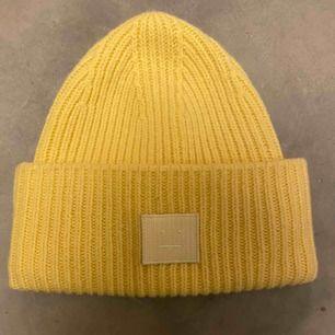Säljer denna snygga gula mössa från Acne Studios, den är helt slutsåld och kommer ej tillbaka. Den är som nu, ser inget slitage💓 Köpt för 1100kr