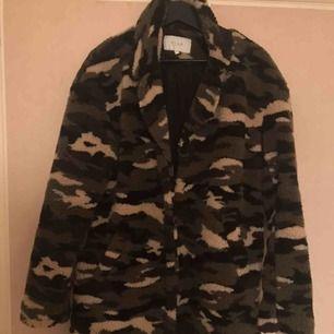 Säljer en camouflage teddy jacka! Använd endast ett fåtal gånger✨storlek 38
