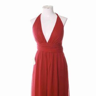 Helt ny röd klänning från Nelly, använd 1 gång, har ett hål på insidan på bröstet men det märks knappt (ska sy ihop det), är lite för lång på mig som är 164 cm även när jag har klackar därför har jag knutit upp den på sista bilden, dom för mer info