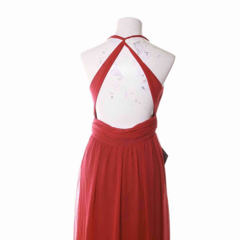 Helt ny röd klänning från Nelly, använd 1 gång, har ett hål på insidan på bröstet men det syns inte alls (ska sy ihop det), är lite för lång på mig som är 164 cm även när jag har klackar därför har jag knutit upp den på sista bilden, dom för mer info. Klänningar.