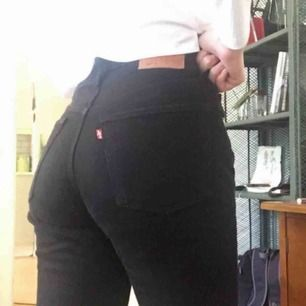 Svarta Levis jeans i världens skönaste material, dom var tyvärr lite små på mig då jag köpte dom här på plick, Orginalpris ca 1200, nyskick!🥰
