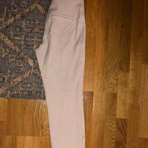 Beiga kostymbyxor ifrån H&M. Använda en gång.