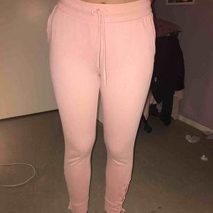 (Bilderna blev inte så bra, byxorna ser bättre ut i verklighet) rosa mjukisbyxor från new yorker