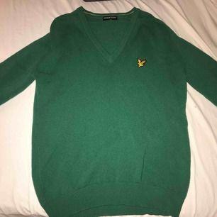 Grön oversized sweatshirt i storlek L passar folk som har storlekS-L beroende på hur man vill att den ska sitta. Lyle & Scott