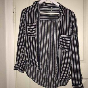 Snygg randig skjorta! Köpt i italien för några år sedan och den är flitigt använd:-) Kan användas både helt knäppt som en fin blus eller uppknäppt med ett ballt linne under