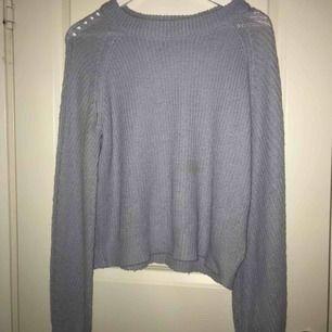 Fin stickad tröja, i ljusblå nyans. Detaljer i form av hål längs ärmarna och axlarna❤️