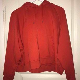 croppad oversized hoodie från monki