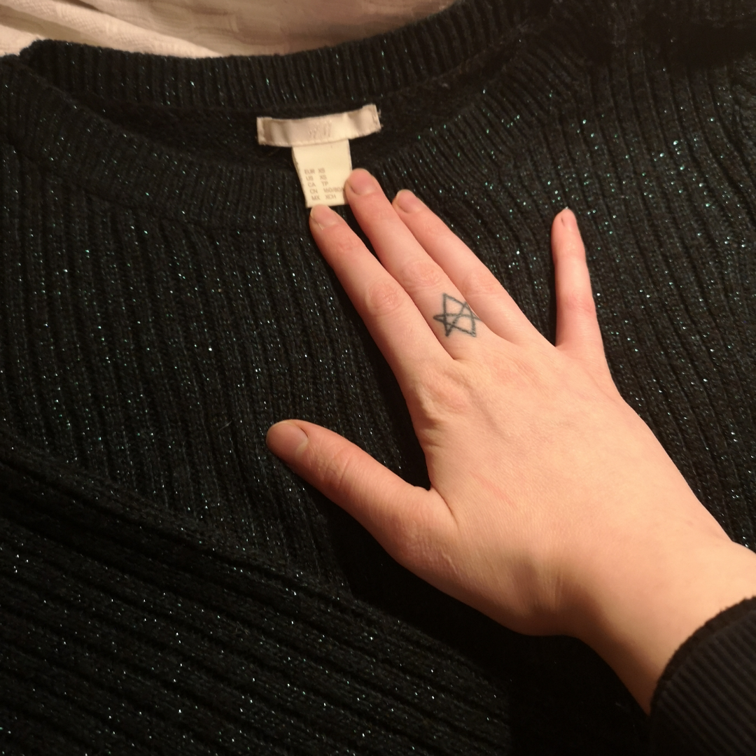 Så vacker vintrig modern mörkgrön stickad tröja med slits, swipa för att se hur den ser ut på. Säljs endast då den inte är min stil, har knappt använts. Frakt 60kr.. Stickat.