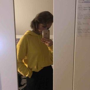 ovesized gul hoodie från cubus, riktigt skön!