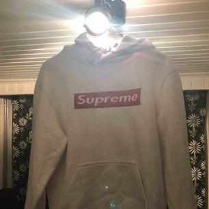 Fake Supreme hoodie, köpt för 500kr, knappt använd. Storlek S✨ kill modell, funkar för tjejer med