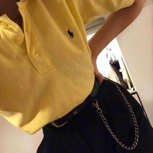 Vintage Ralph Lauren t-shirt köpt second hand, storlek M i herr och 100% bomull, man kan antingen ha den som en croptop genom att stoppa in den eller som en vanlig t-shirt