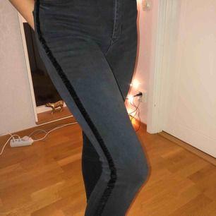 Svarta/mörkgråa jeans från Zara med en svart rand av sammet. Nästan oanvända och i bra skick. Köparen står för frakt!🖤