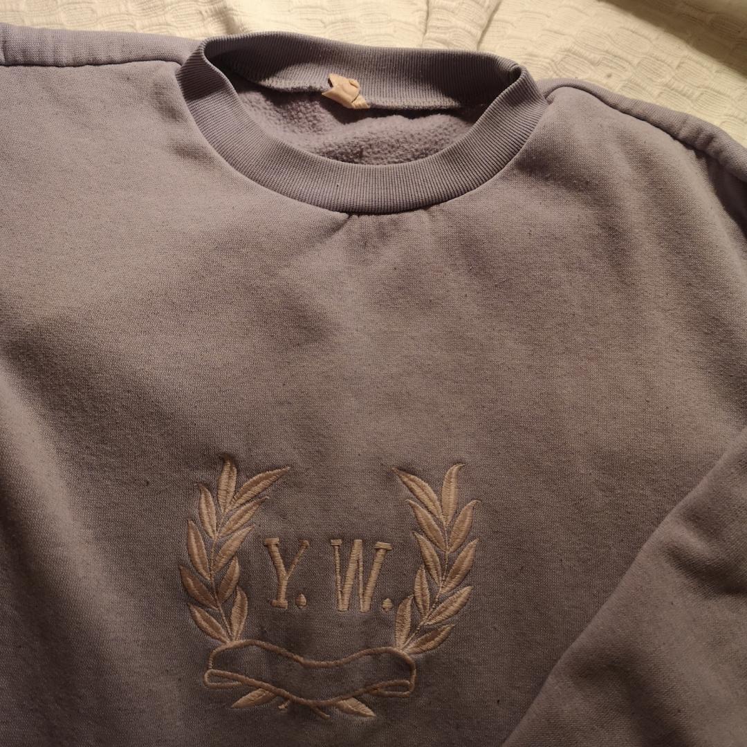 Mysig pastell lila sweatshirt med broderat tryck i pastell rosa, köpt på second hand. Frakt 60kr. . Tröjor & Koftor.