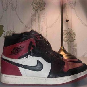 Jordan 1 black toe Storlek 44 Lite smutsiga annars bra skick! tvättas innan dom säljs Låda, extra skosnören finns med