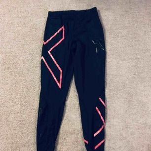 Säljer ett par 2XU tränings tights i storlek M ser små ut men stretchar sig bra, rosa X detaljer, ej använda så mycket