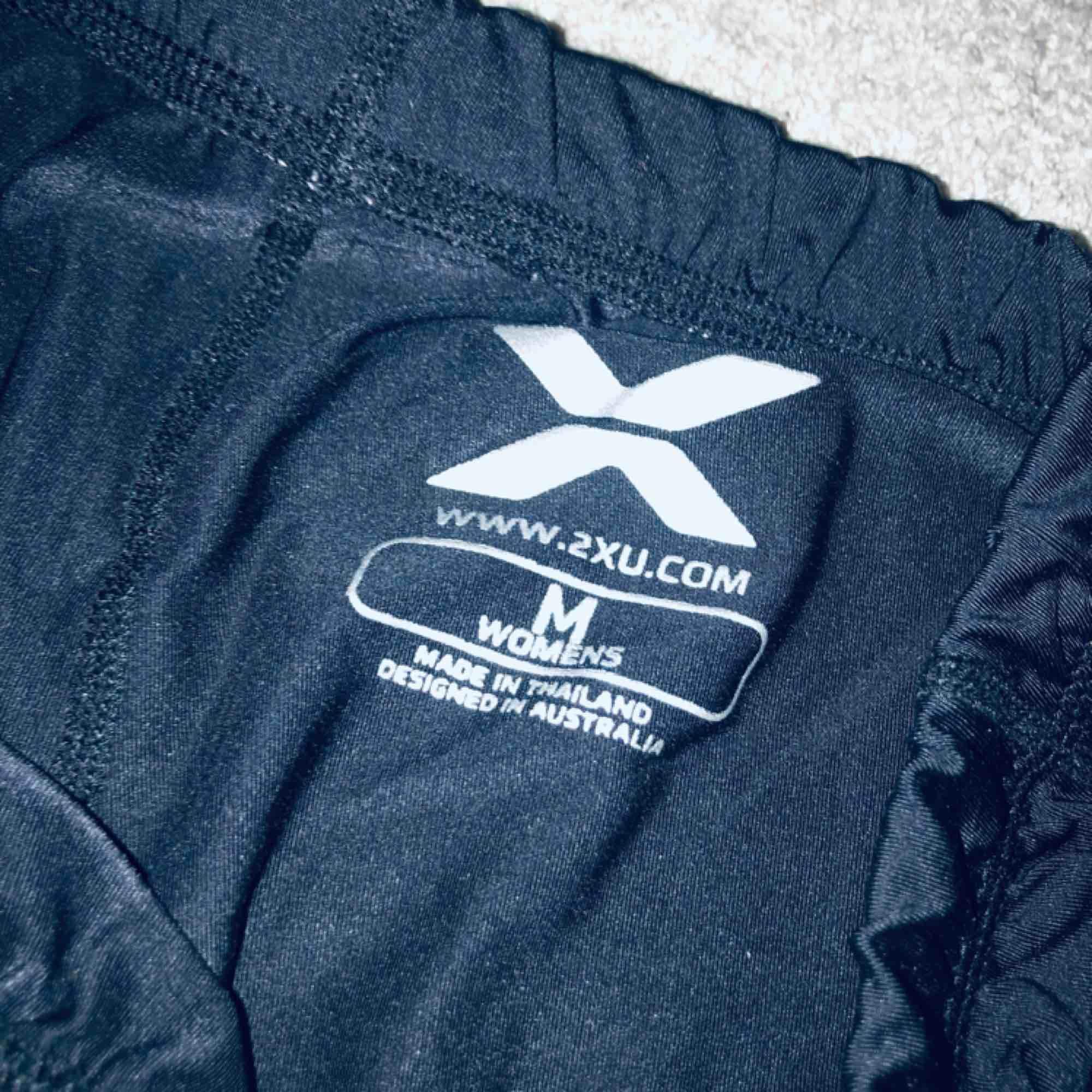 Säljer ett par 2XU tränings tights i storlek M ser små ut men stretchar sig bra, rosa X detaljer, ej använda så mycket . Jeans & Byxor.