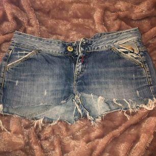 Shorts med slitningar, tyvärr för korta för min smak