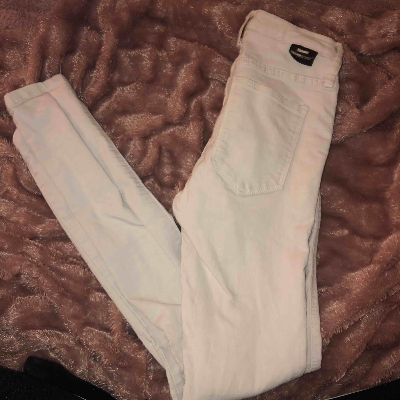 Vita jeans me hål på knäna , snygga men använder tyvärr en vita jeans . Jeans & Byxor.