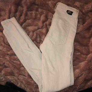 Vita jeans me hål på knäna , snygga men använder tyvärr en vita jeans