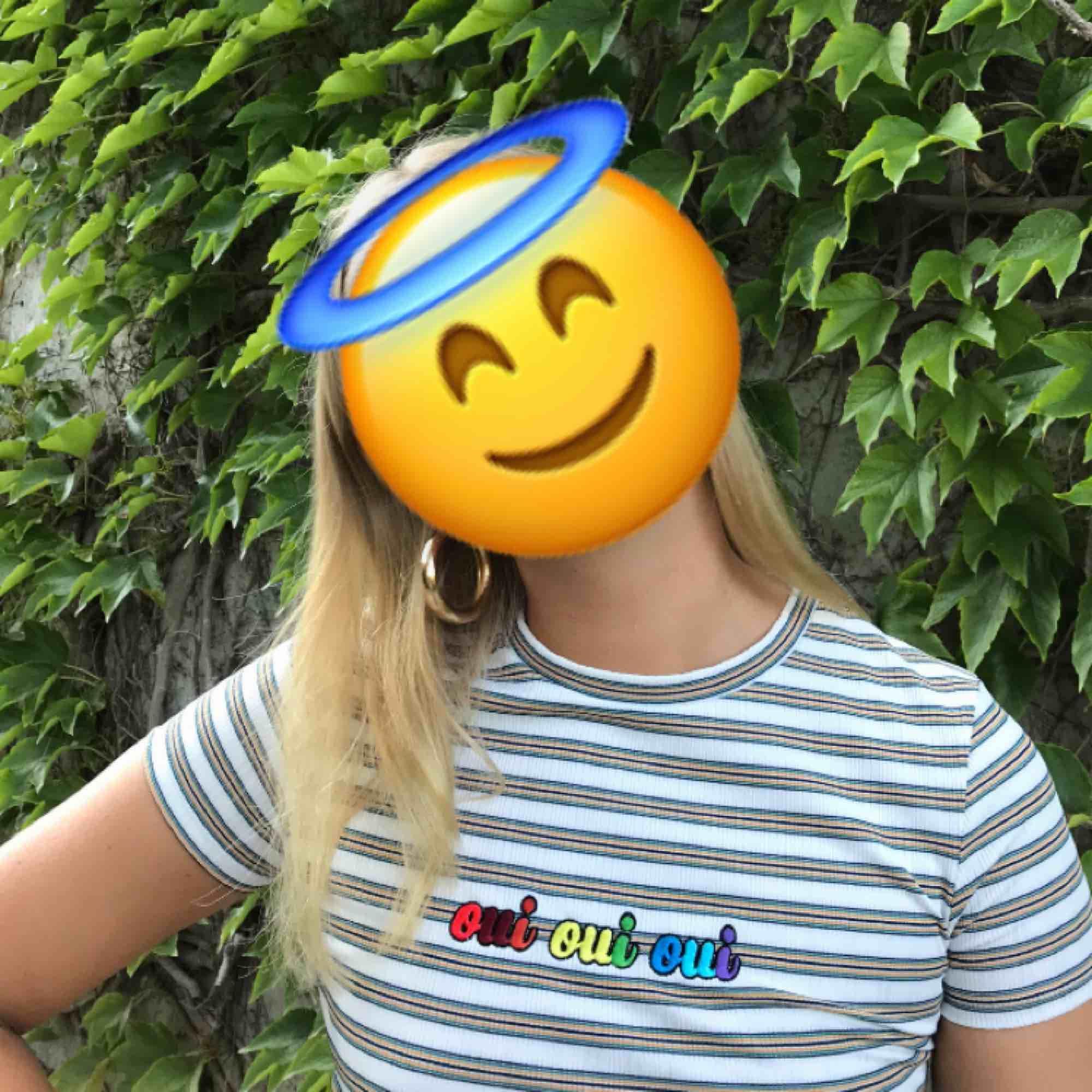 Söt t-shirt från Bershka- köpt i Frankrike! Randig med texten ouiouioui i regnebåge på bröstet. Möts upp i Stockholm eller skickar!. T-shirts.