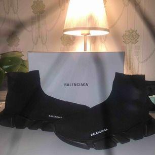 Balenciaga speed trainer Storlek 45 (passar 44) Skick 8/10  Loggan på skon har börjat få lite små cracks men de händer alltid på denna typen av skor, bra skick annars. Låda,dustbag finns med vid köp