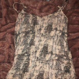 Snyggt och skönt linne i orm mönster, men kommer tyvärr inte till användning