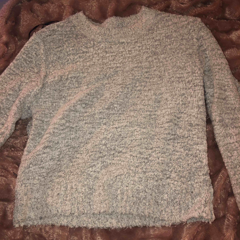 Mysig grå tröja, jätte skön att ha på sig men kommer aldrig till användning . Tröjor & Koftor.