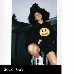 Hej!! Tänkte kolla intressekoll på denna Drew hoodie, detta är Justin Biebers exklusiva märke! Hoodien sålde slut i XS på 2 minuter och 10 minuter senare var alla storlekar slut🤩 hör av er vid frågor! :) STORLEK XS, men är oversized!