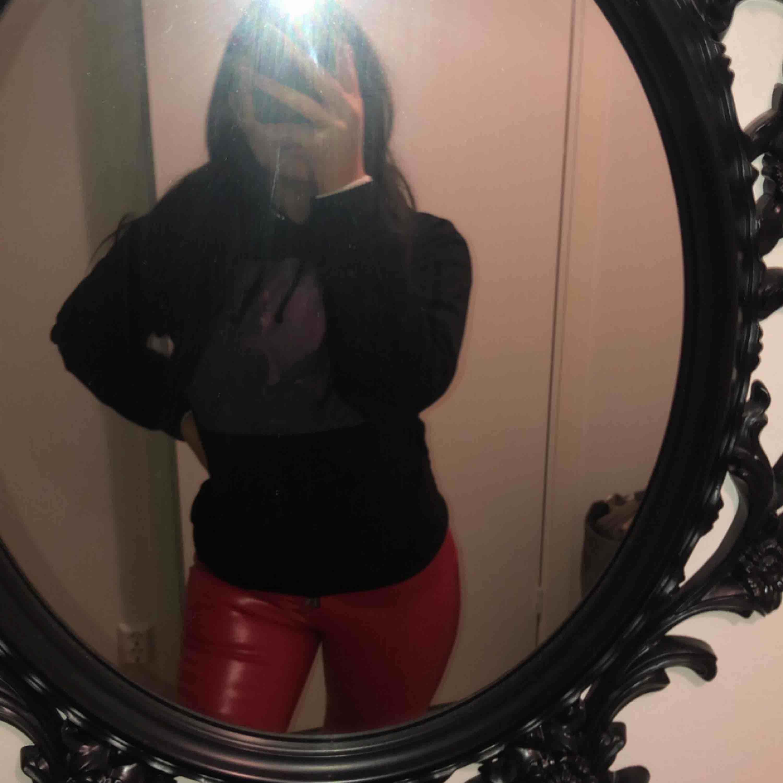 Röda lack byxor. St M men mer som xs/s, dom var för små för mig vid höfterna så kan ej ha dom . Jeans & Byxor.