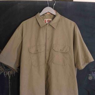 Så snygg oversize skjorta från DICKIES. Jag har använt som klänning, men funkar som skjorta på större storlek (jag är xs/s) . Nyskick!!