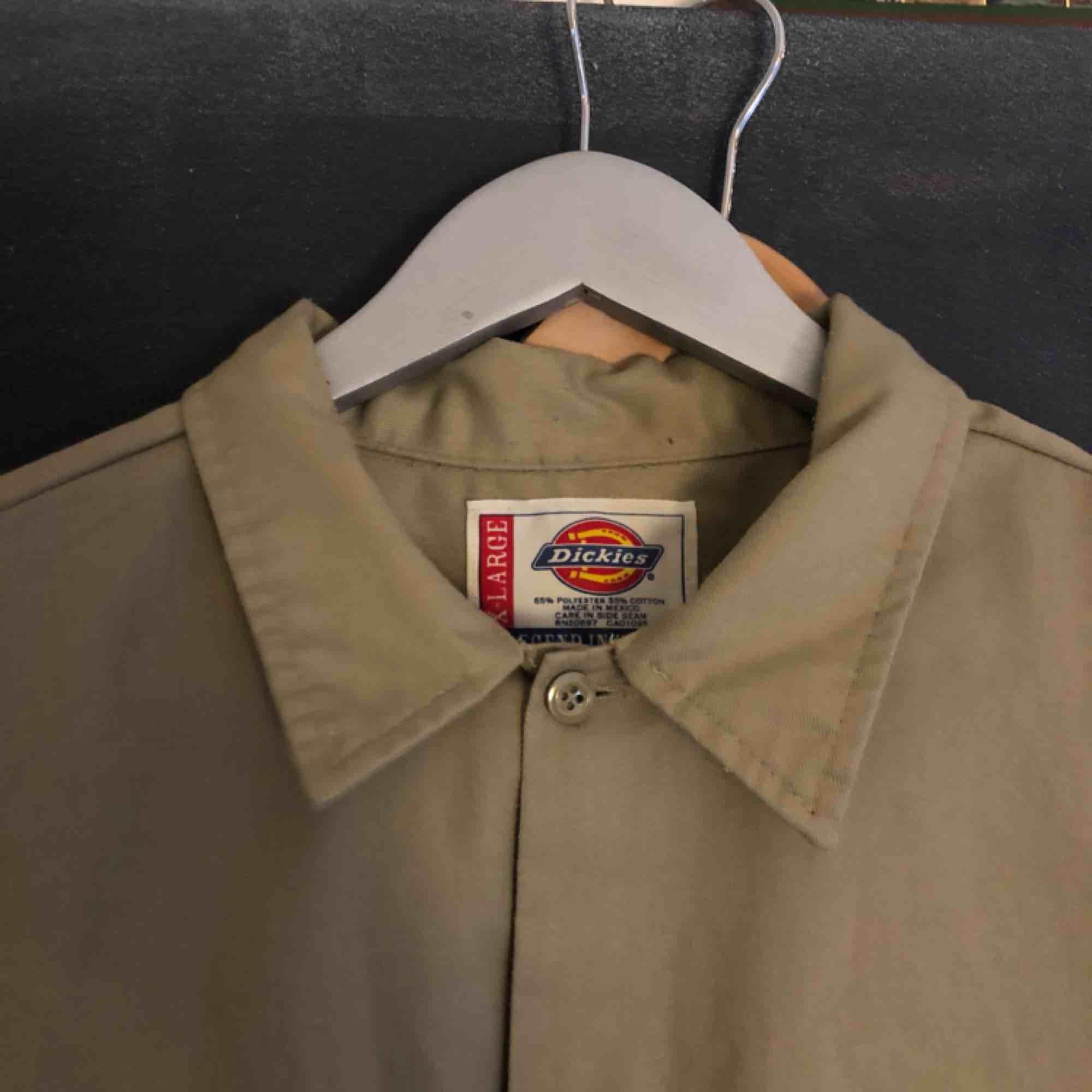 Så snygg oversize skjorta från DICKIES. Jag har använt som klänning, men funkar som skjorta på större storlek (jag är xs/s) . Nyskick!!. Skjortor.