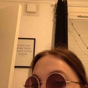 Olika solglasögon perfekt till sommaren eller festivalen. Säljer för 10kr styck eller alla (6st, sista bilden) för 40kr. Säljer pga använder aldrig och passar inte helt till mitt huvud (??haha?). Frakt tillkommer :)